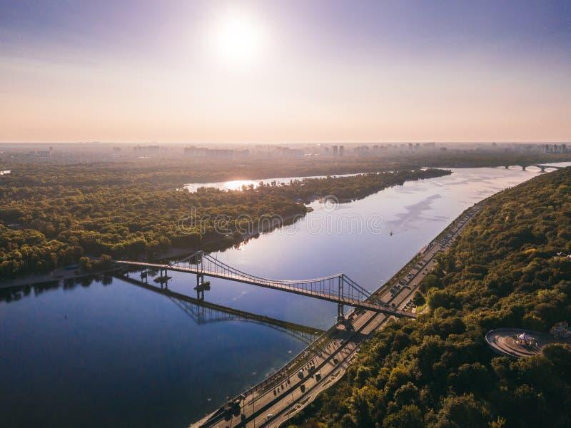 Kiyv Ucrania de Kiev Capital hermoso Puente de Parkivyi a la isla de Truhaviv sobre la foto aérea del abejón de Dnipro Dnepr del  foto de archivo libre de regalías