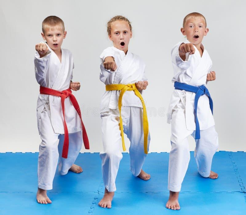 Kizami-tsuki бьет sportsmens в karategi стоковая фотография rf