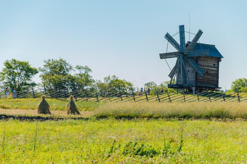 Kizhi-Insel, Russland - 07 19 2018 -: Alte hölzerne Mühle Landwirtschaftliche Landschaft lizenzfreie stockfotos