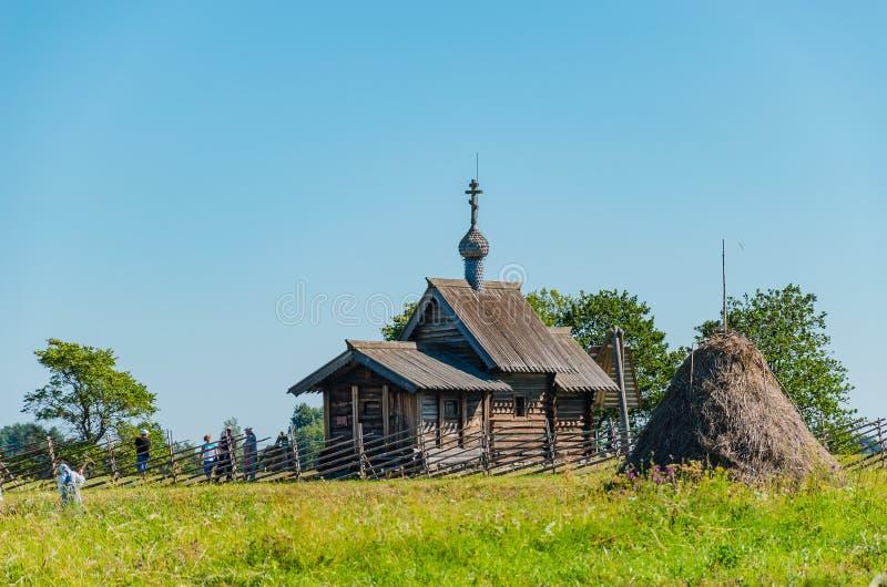 Kizhi-Insel, Russland - 07 19 2018: Die Kirche der Auferstehung von Lazarus ist eine der ältesten hölzernen Strukturen, die haben stockfotografie