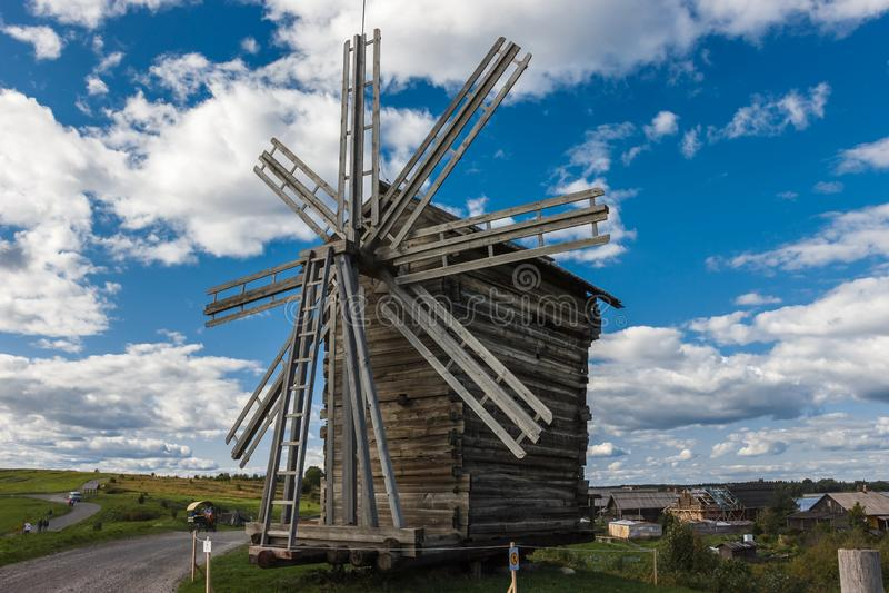 Kizhieiland, Petrozavodsk, Karelië, Russische Federatie - 20 Augustus, 2018: Volksarchitectuur en de geschiedenis van de bouw o stock afbeeldingen