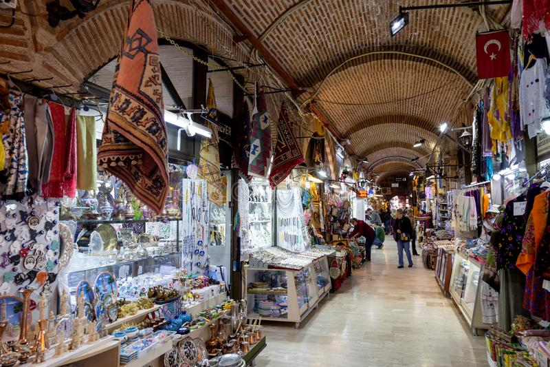 Kizlaragasi Khan Bazaar é shopping histórico velho em Izmir fotos de stock