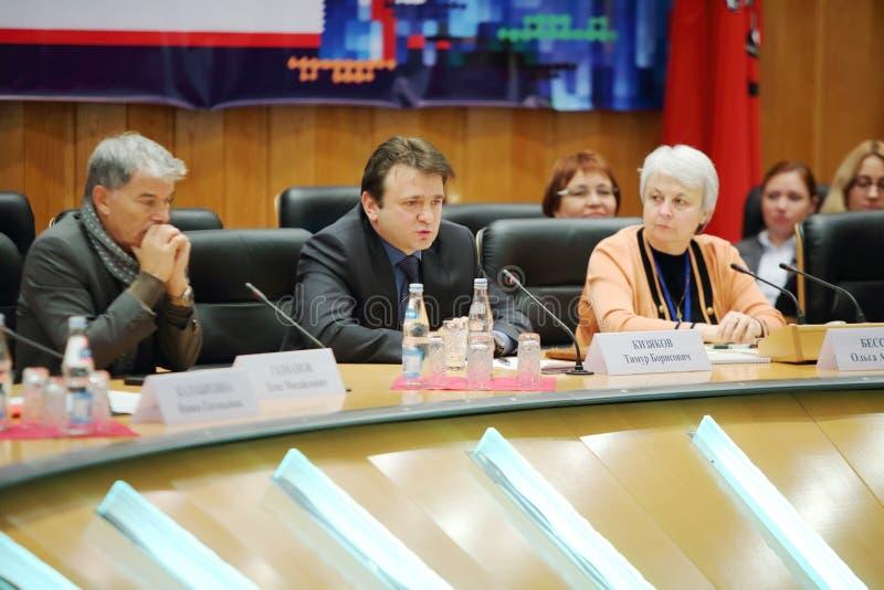 Kizyakov Timur talar på händelseMoskva för liv och folk royaltyfri foto
