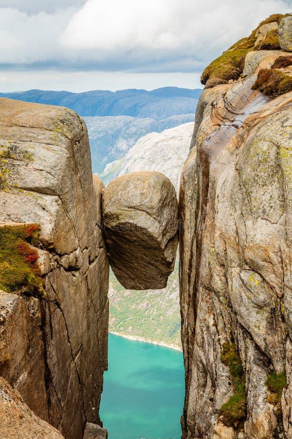 Kjeragbolten, la piedra se pegó entre dos rocas con el fiordo en el fondo, Lysefjord, Noruega foto de archivo