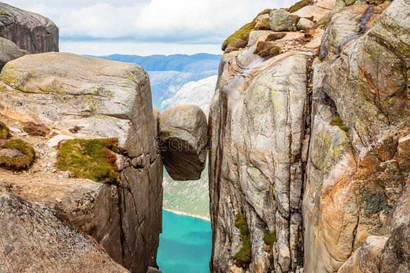 Kjeragbolten, la pietra ha attaccato fra due rocce con il fiordo nei precedenti, Lysefjord, Norvegia fotografia stock libera da diritti