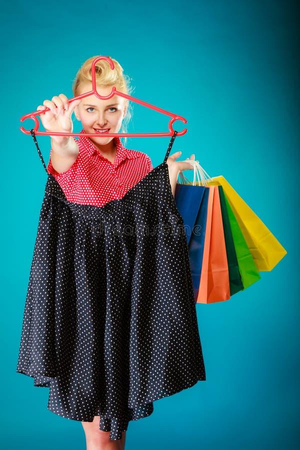 Kjol för svart för kläder för utvikningsbrudflickaköpande Sale detaljhandel arkivfoton