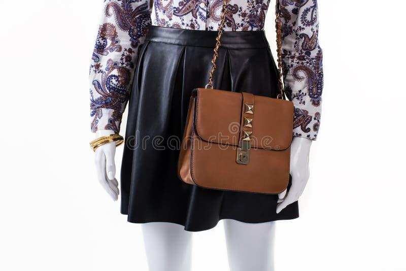 Kjol och handväska på skyltdocka arkivfoton