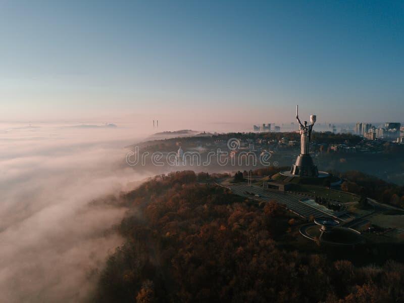 KKiev Украина наследие СССР памятника родины Холмы города на тумане утро осени красивейшее Воздушное фото трутня стоковая фотография
