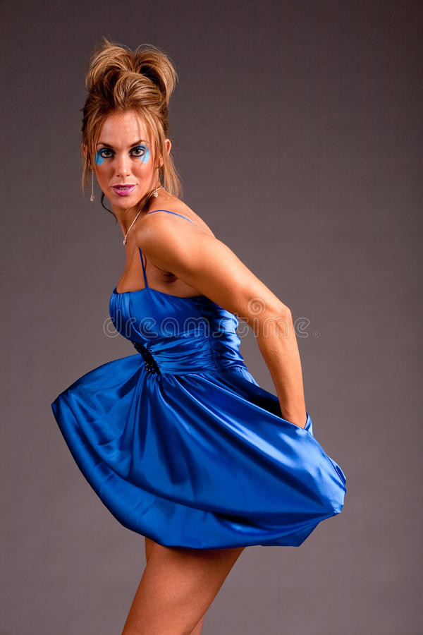 klä den nätt kvinnan royaltyfria bilder
