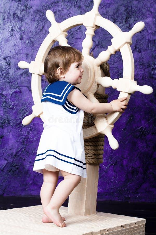 klä flickan little s-sjömanstil arkivbilder