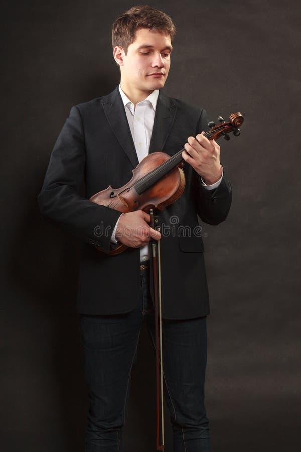 Klä upp sig hållande fiol för man man royaltyfri fotografi
