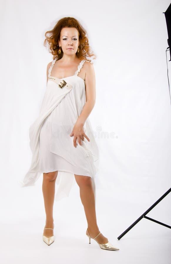 klä white för studion för modemodellen skjuten royaltyfria bilder