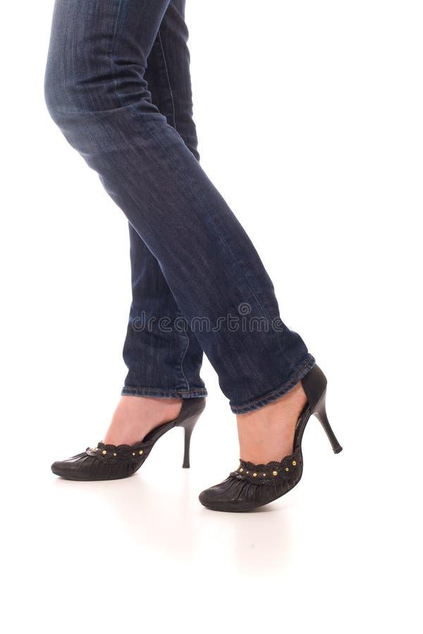 klädd jeansbenkvinna arkivbild