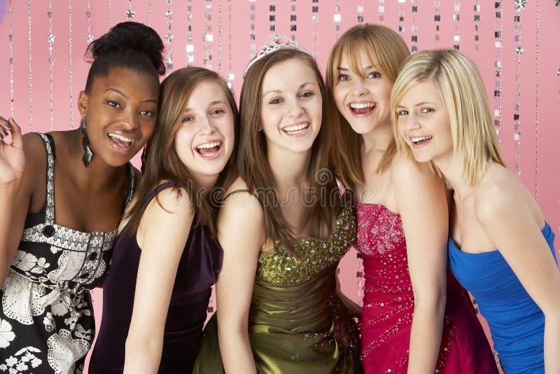 klädd tonårs- vängruppstudentbal royaltyfri bild