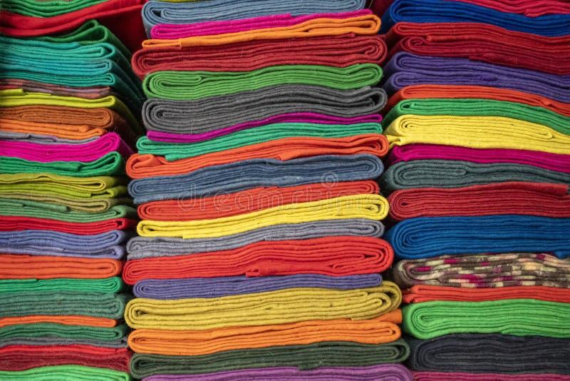Klädde med filt tyger av olika färger i den orientaliska marknaden Resor kyrgyzstan royaltyfria bilder