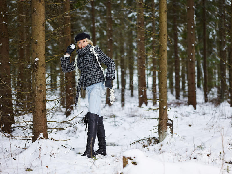 Kläder för trendig kvinna och vinter- lantlig plats royaltyfria foton