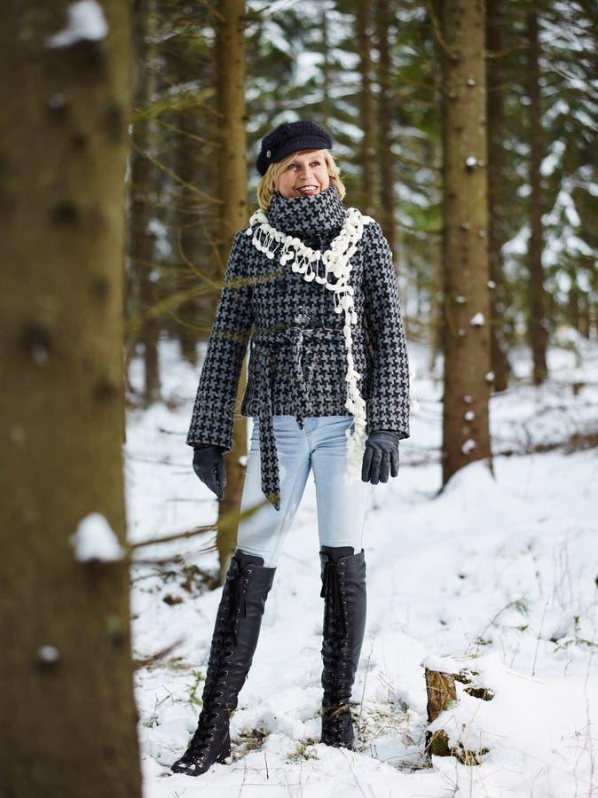 Kläder för trendig kvinna och vinter- lantlig plats royaltyfria bilder