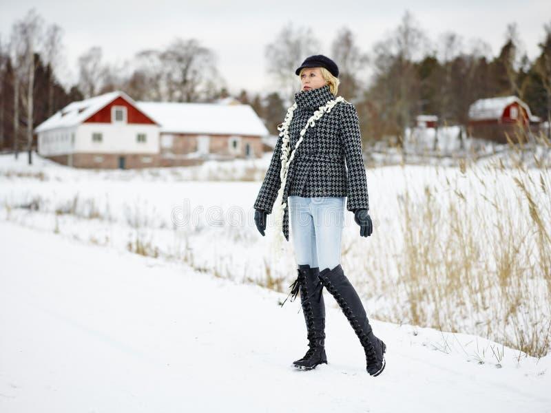 Kläder för trendig kvinna och vinter- lantlig plats fotografering för bildbyråer