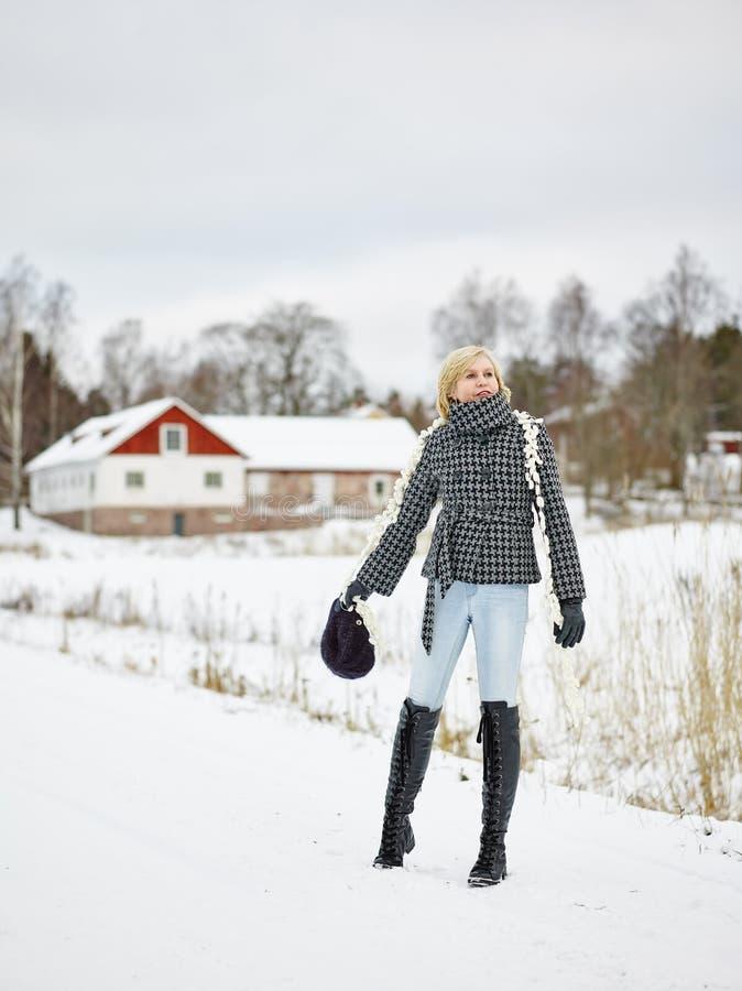 Kläder för trendig kvinna och vinter- lantlig plats royaltyfri foto