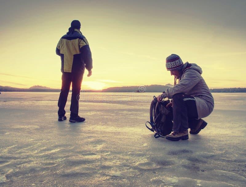 Kläder för vinter för unga par förälskad bärande varm royaltyfri foto