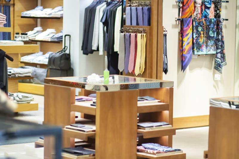 Kläder i en modeboutique för män Skjortor för man` s, affärsdräkter och band i lagret fotografering för bildbyråer