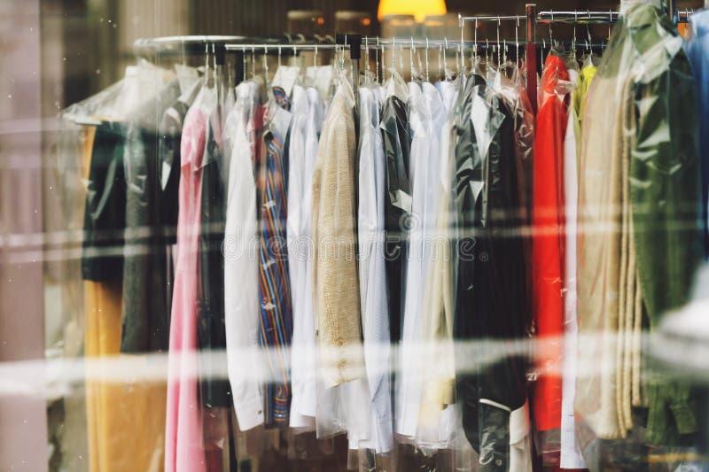 Kläder i plast- packe, den lilla tvätterit shoppar fotografering för bildbyråer