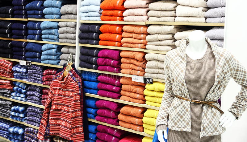 Kläder i shoppa arkivfoton