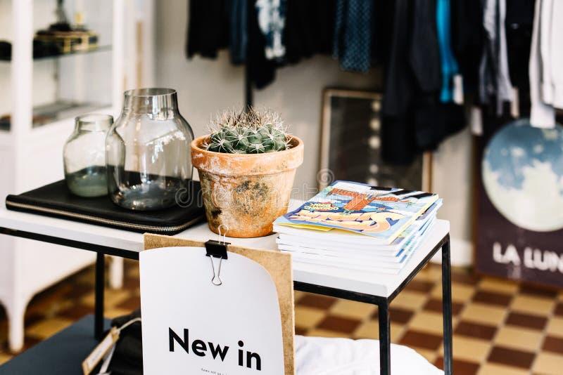 Kläder och gåvor på ett lager i Stockholm, Sverige royaltyfria foton