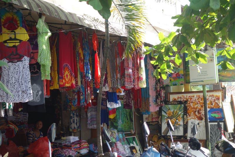Kläder- och knickknepmarknad i Bali royaltyfri fotografi