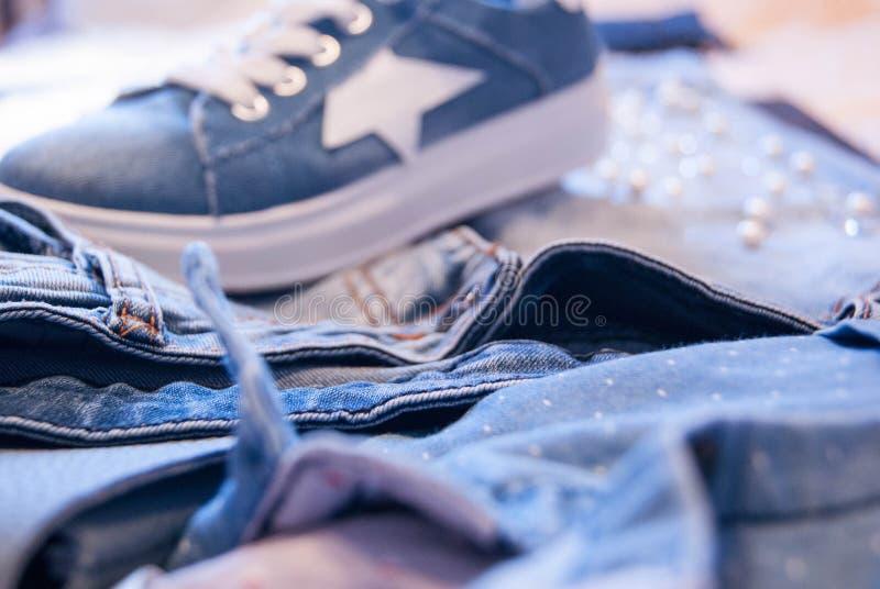 Kläder och tillbehör för kvinna` s Jeans, handväska och skor royaltyfria foton