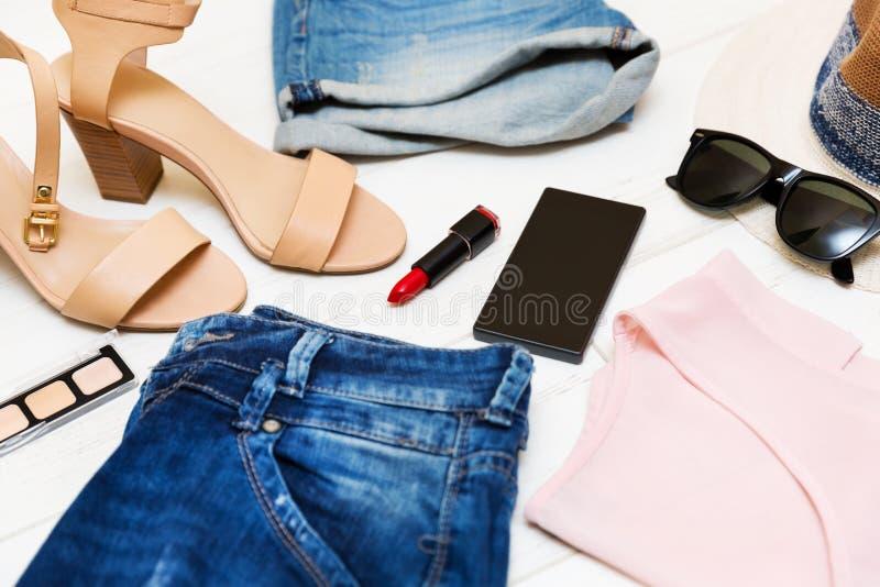Kläder och tillbehör för mode för kvinna` som s shoppar begrepp royaltyfri fotografi