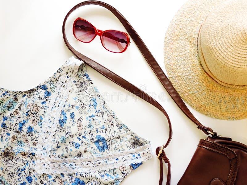 Kläder och tillbehör för mode för kvinna` s på vit bakgrund Top beskådar Tillfällig stil för sommar Modern kvinnakläder och tillb arkivfoton