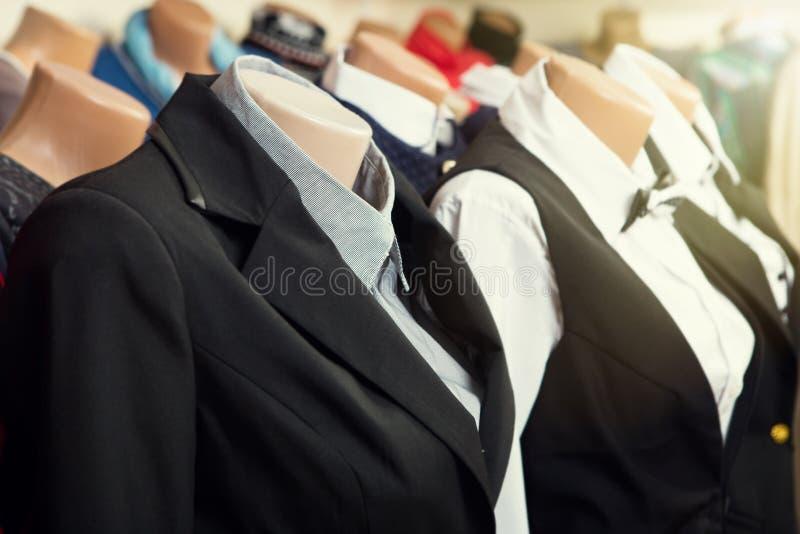 Kläder på en skyltdocka i ett lager fotografering för bildbyråer