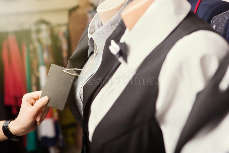 Kläder på en skyltdocka i ett lager arkivbilder