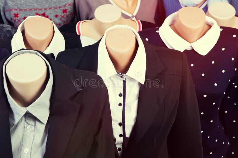 Kläder på en skyltdocka i ett lager royaltyfria bilder