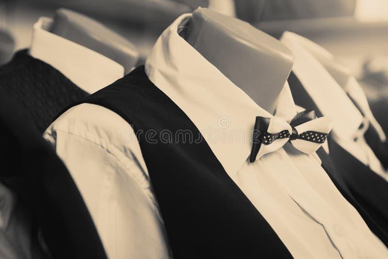 Kläder på en skyltdocka i ett lager royaltyfri foto