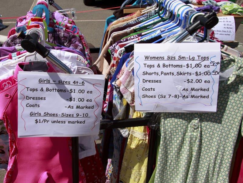 Kläder på gårdförsäljningen royaltyfri foto