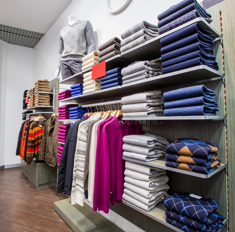Kläder på hängare shoppar in royaltyfri foto