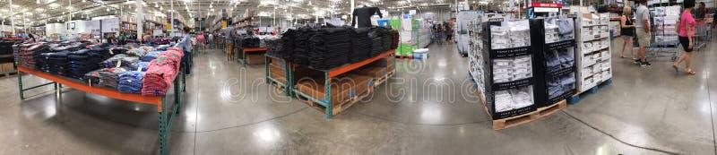 Kläder på hyllor som är till salu på Costco fotografering för bildbyråer