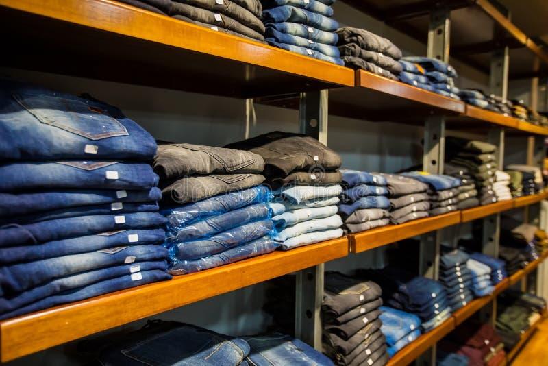Kläder på lagerhylla på en klädavdelning arkivbilder