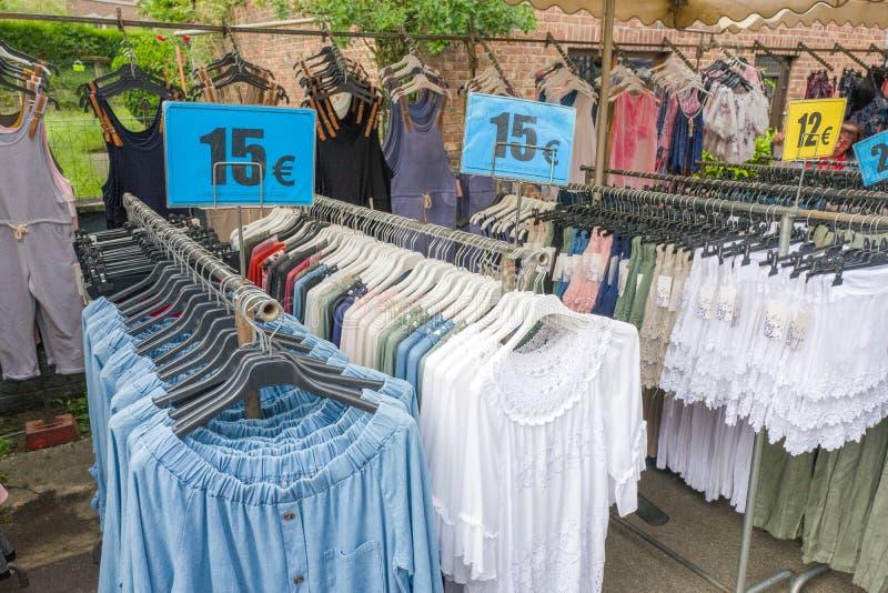 Kläder på söndagen marknadsför på Bomal Sur Ourthe royaltyfri foto