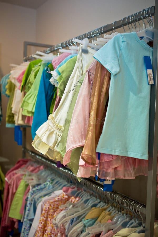 kläder shoppar royaltyfria foton
