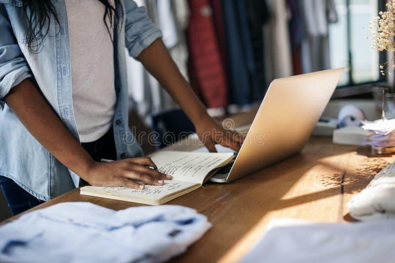 Kläder shoppar begrepp för stil för lager för dräktklänningmode arkivfoto