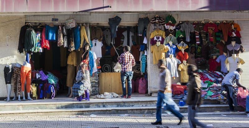 Kläder shoppar i den Merkato marknaden Addis Ababa ethiopia arkivbilder
