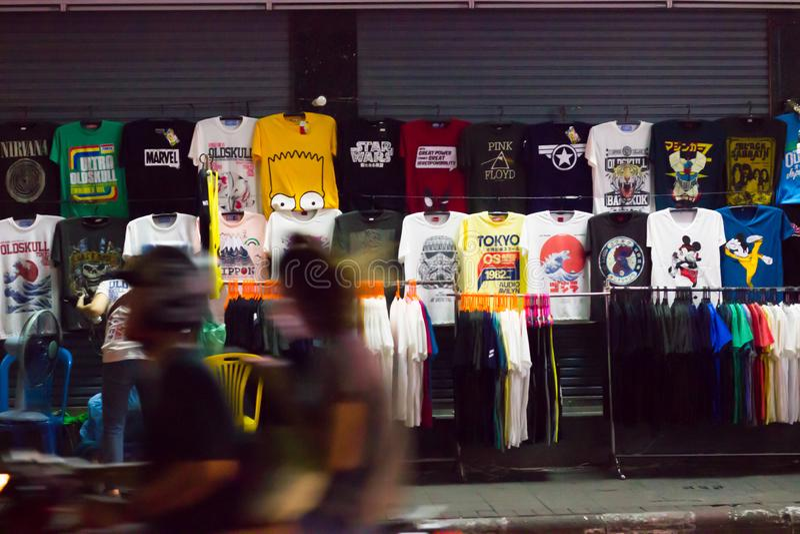 Kläder shoppar på nattvägrenen, den Khaosan vägen, Bangkok, Thailand fotografering för bildbyråer