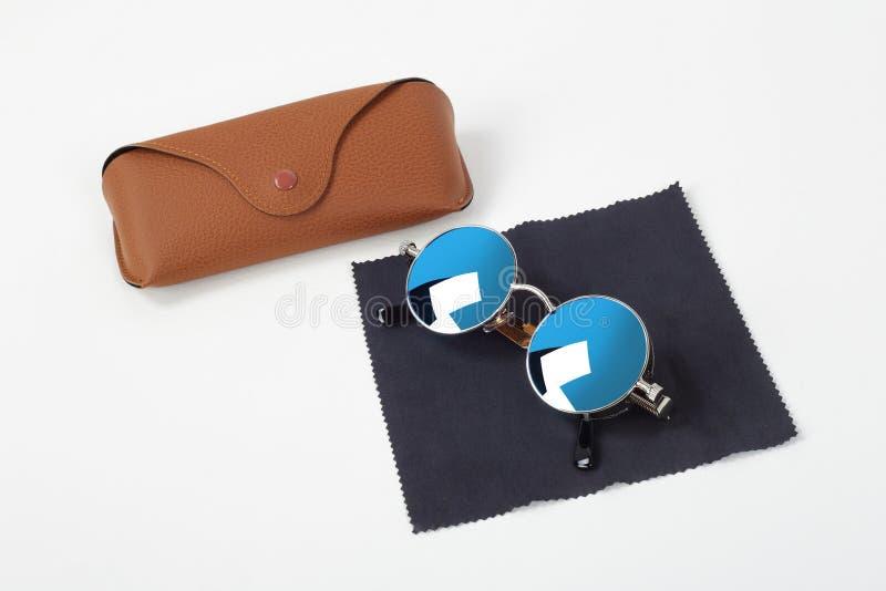 Kläder, skor och tillbehör - solglasögon, fall och servett royaltyfri bild