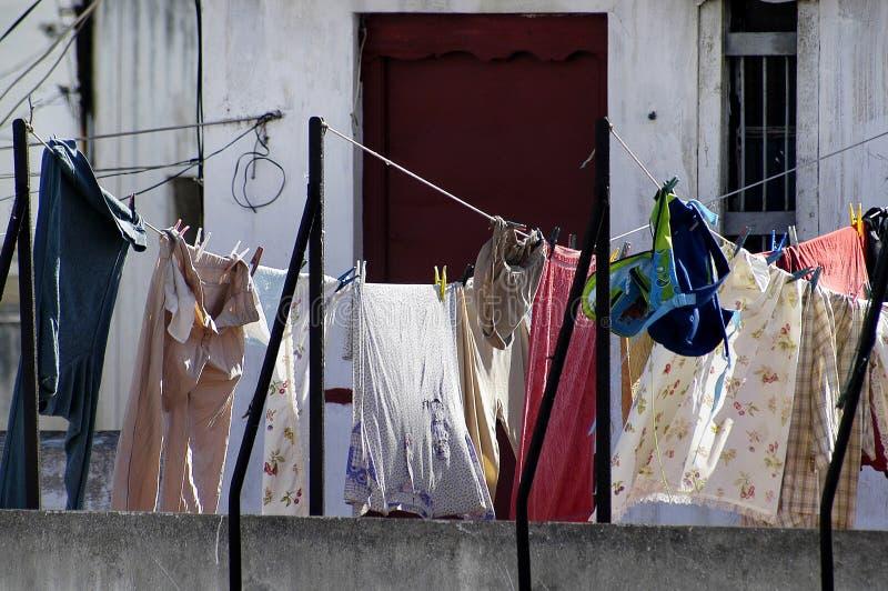Kläder som hänger i solen arkivbild