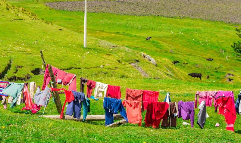 Kläder som hänger i solen arkivfoton
