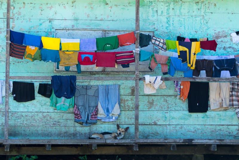 Kläder som torkar på farstubron i Ecuador arkivfoton