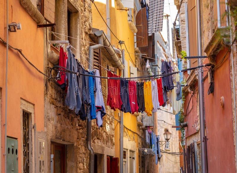 kläder Tvätteri gammalt Stad Rovinj färg royaltyfria bilder